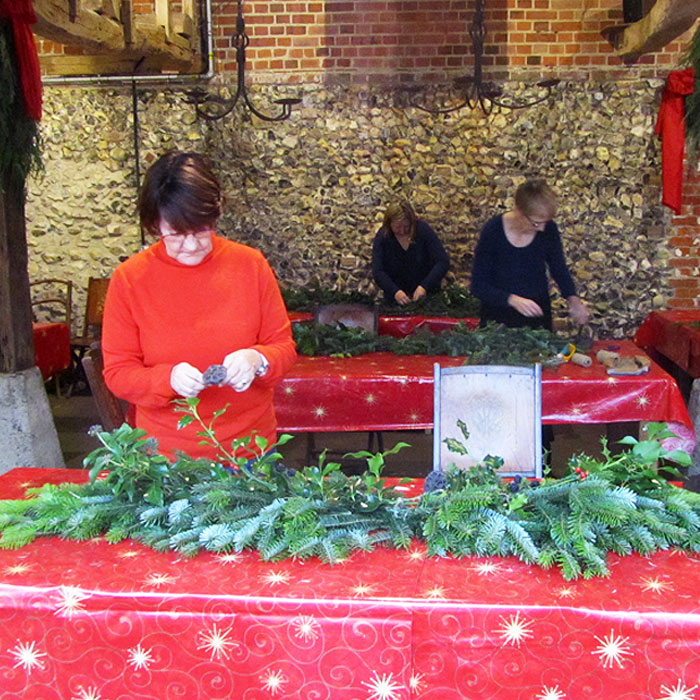 Christmas Garland : 10am – 1pm : Tues 3 December
